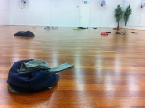 Ensimmäinen viikko Riisuttuna-teoksen harjoituksia Cross Move Companyn tanssisalissa.